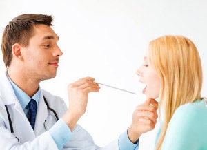 осмотр врачом глотки человека