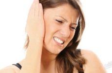 девушку мучает боль в ухе