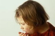 девочку мучает сильный кашель
