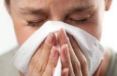 женщина страдает от насморка