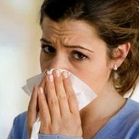 девушка страдает от насморка