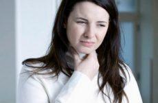 девушка указывает на больное горло