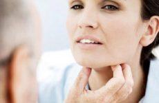 пациентка указывает на болезненные ощущения в горле