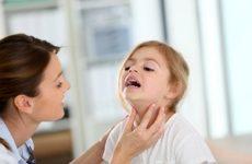 врач определяет симптомы ларинготрахеита у девочки