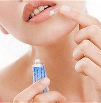 девушка лечит простуду на губах