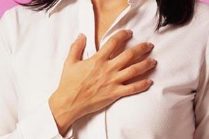 Почему при вдохе и движении человек испытывает боль в грудной клетке справа?