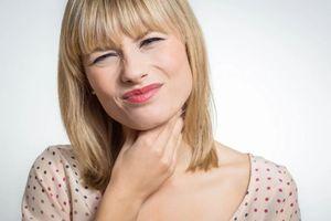 Как избавиться от першения в горле в домашних условиях: чем лечить, что принимать и какое лечение наиболее эффективное?
