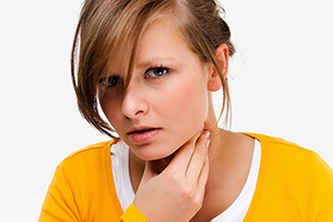 Почему першит в горле и хочется кашлять, что делать и чем лечить в домашних условиях?