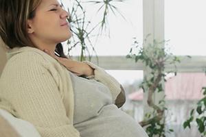 Чем лечить горло при беременности и как убрать симптомы, если першит и хочется кашлять в 1, 2, 3 триместрах?