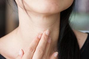 Причины, почему першит в горле, и что делать в домашних условиях для избавления от першения