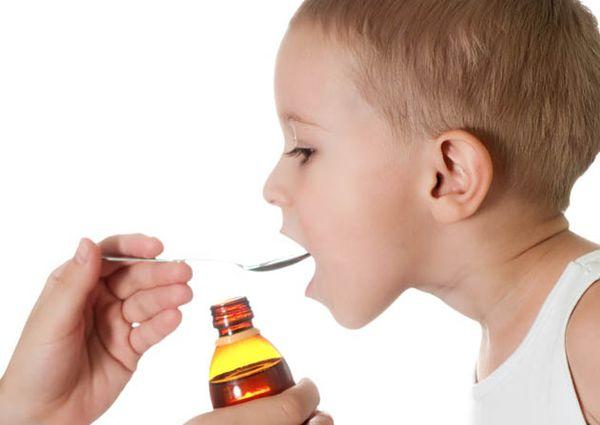 ребенок принимает сироп