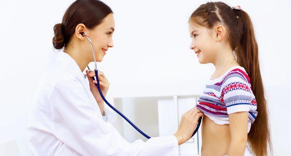 ребенка осматривает врач