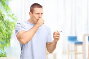 мужчина с сигаретой кашляет