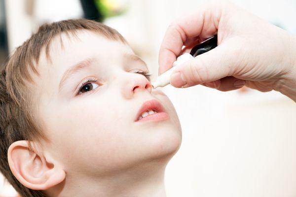 закапывание ребенку носа