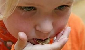 монета во рту у ребенка