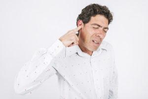боль в ухе у мужчины