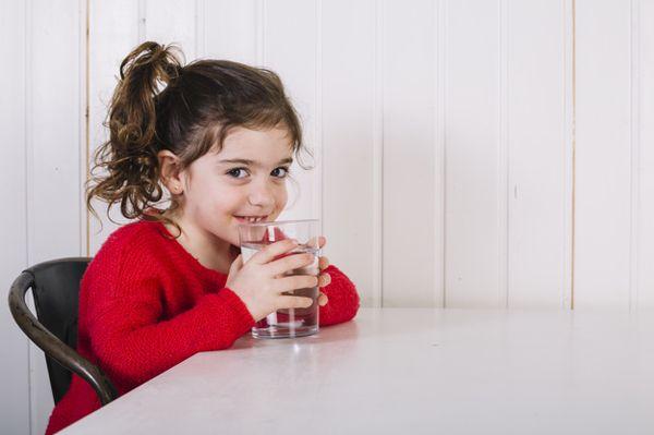 девочка пъет воду