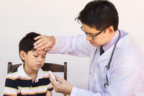доктор измеряет температуру ребенку