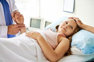 врач проверяет пульс девочке