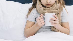 девочка с кружкой чая