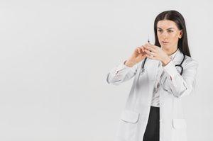 врач со шприцом