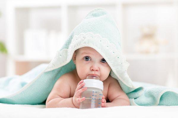 грудной ребенок пьет воду