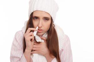девушка брызгает впрей в нос