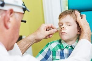 врач смотрит нос ребенку