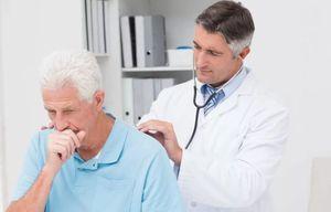 врач прослушивает легкие