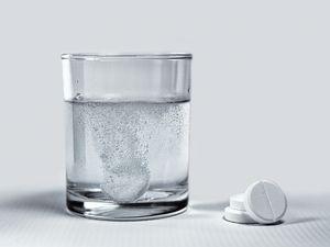 шипучая таблетка в стакане