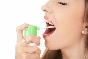 девушка брызгает спрей в горло