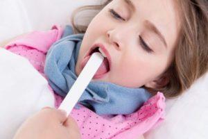 осмотр горла ребенку