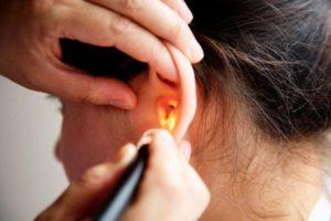 осмотр больного уха