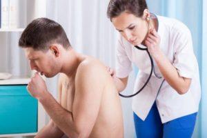 врач слушает легкие человека